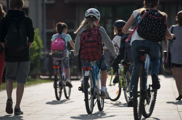 W ramach akcji uczniowie i przedszkolaki docierają do swoich szkół i przedszkoli rowerami, hulajnogami, na rolkach i deskorolkach.