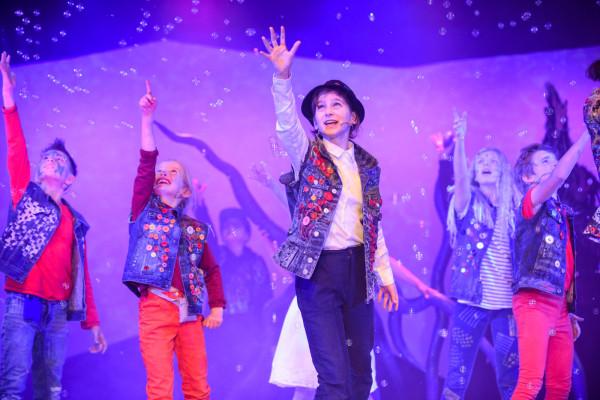 """Spektakl """"Akademia Pana Kleksa"""" w Teatrze Miniatura przygotowany został przez aktorów teatru, ale także dzieci, które przeszły cykl warsztatów z zakresu śpiewu, ruchu scenicznego i aktorstwa."""