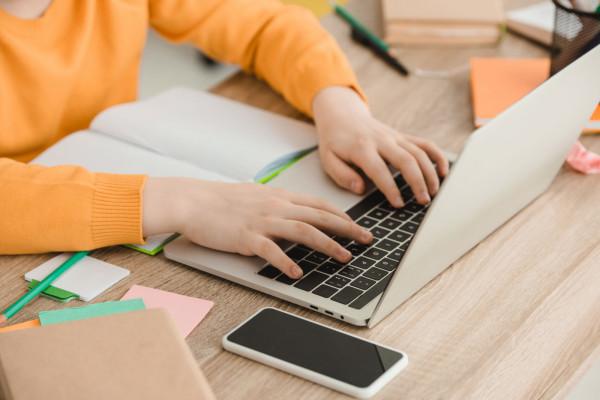 Uczniowie klas I-III szkół podstawowych od 18 stycznia uczą się już w trybie stacjonarnym. Nauka zdalna ciągle obowiązuje uczniów starszych klas szkół podstawowych i szkół ponadpodstawowych.