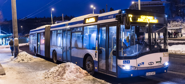 Autobus linii R na pętli na Karwinach.