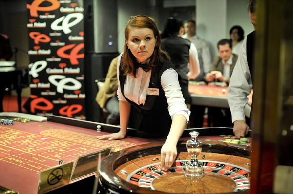 Do najpopularniejszych gier w kasynach należą: ruletka, poker, bakarat i blackjack. Na zdjęciu Casinos Poland w Gdyni.