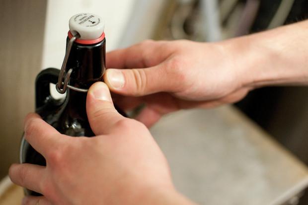 Gdy piwo będzie już gotowe przydadzą się puste butelki, kapslownica oraz kapsle.
