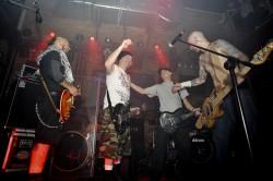 """Na scenie Parlamentu spotkały się składy zespołów Lipali i Illusion i wspólnie wykonały hymn """"Nóż""""."""