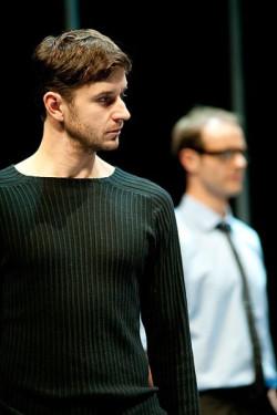 Jeden z ciekawszych aktorów Teatru Wybrzeże - Piotr Domalewski (na pierwszym planie), rolę płaczliwego Tony`ego składa z kilku poprzednich swoich ról, jednak tym razem wypada słabiej niż wszystkie aktorki sopockiego spektaklu.