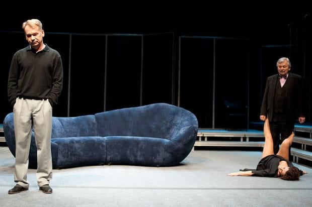 Spektakl Anny Augustynowicz to prawdziwy labirynt relacji damsko-męskich, łudząco podobny do opery mydlanej. Ale pod grą pozorów kryje się bolesna diagnoza kondycji współczesnego mężczyzny, który męski pozostaje już tylko z nazwy.