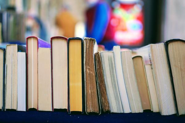 Księgarnie nadal działają, mimo pandemii. Większość z nich prowadzi sprzedaż książek przez internet.