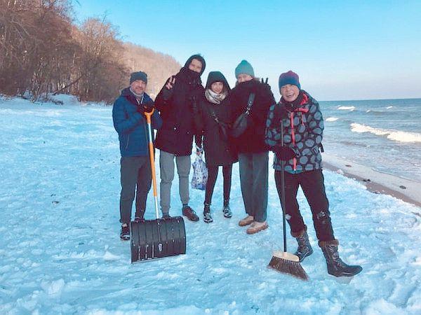 Niezawodna ekipa, która wspólnie... odśnieżyła plażę i znalazła zagubiony przez panią Agatę telefon.