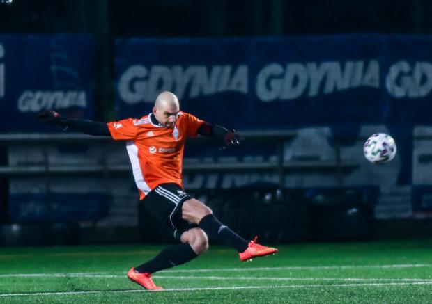 W sobotnim sparingu Bałtyku Gdynia z GKS Wikielec na Narodowym Stadionie Rugby, sędzia podyktował dwa rzuty karne dla gości. Marcin Matysiak (na zdjęciu) obronił pierwszego z nich, ale przy drugim nie zdołał już wyczuć intencji strzelca.