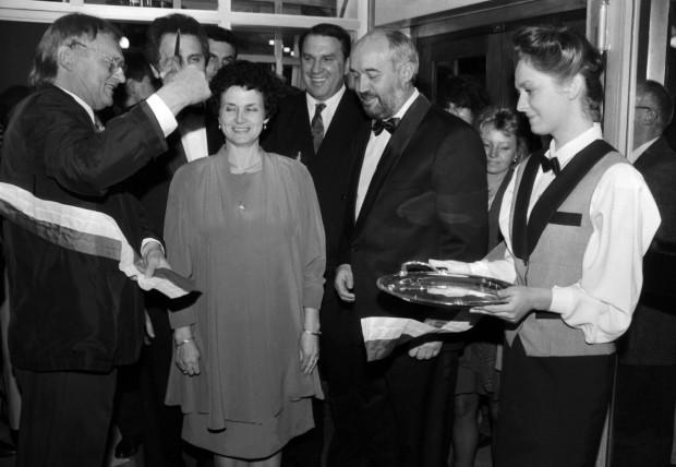 Jerzy Gruza i Danuta Wałęsowa otwierają kasyno Jack Pol znajdujące się w Teatrze Muzycznym w Gdyni. 4.11.1992 r.