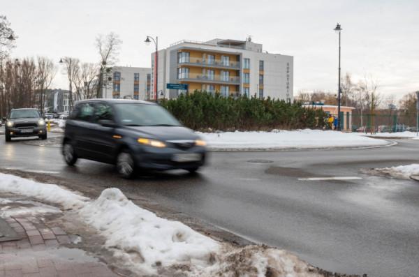 Kierowca ze zdjęcia opuszcza rondo z włączonym kierunkowskazem. Niestety, coraz więcej kierujących zapomina o tej prostej i oczywistej czynności.