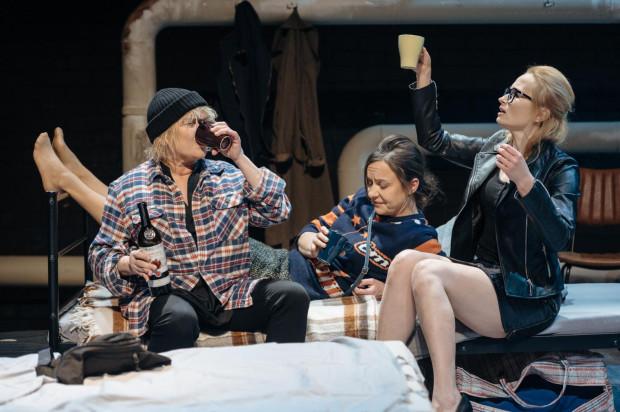 """""""Emigrantki"""" Teatru Wybrzeże są zestawem wszystkich możliwych traum, jakie przechodziły samotne Polki na emigracji kilkanaście lub kilkadziesiąt lat temu."""