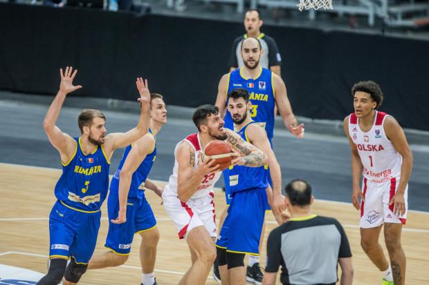 Dominik Olejniczak (z piłką) zdobył 9 pkt i 6 zbiórek przeciwko Rumunii.