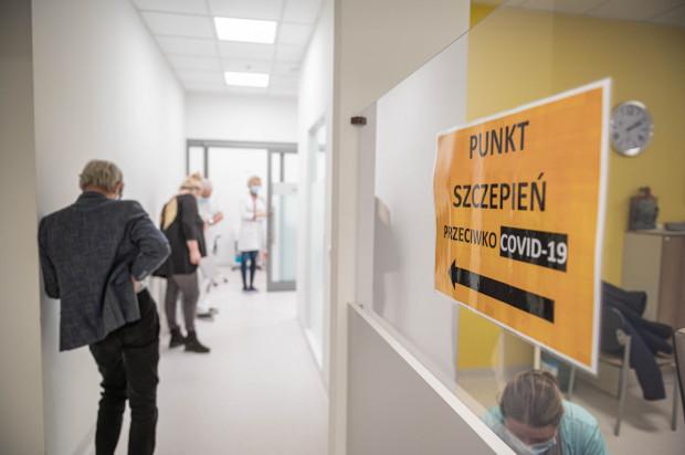 Podobnie jak w punkcie stacjonarnym zespół wyjazdowy przynajmniej 15 minut po szczepieniu obserwuje pacjenta.