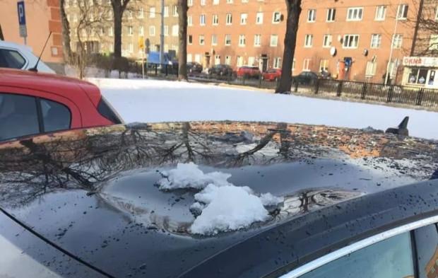 W takim stanie zastał w poniedziałek rano swój samochód nasz czytelnik. Topniejący śnieg, który spadł z  budynku, wgniótł dach.