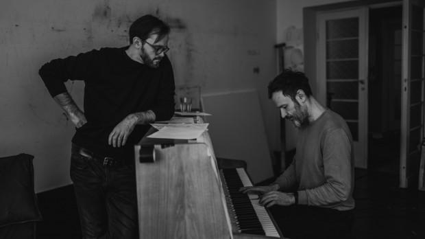 Sławek Jaskułke (na zdj. z Rafałem Bujnowskim - po prawej): estetyka muzyczna, w której się dzisiaj poruszam, współgra z estetyką malarstwa Bujnowskiego. Pamiętam dokładnie to pierwsze uczucie, które mnie ogarnęło, gdy zobaczyłem jego prace. Od razu zacząłem się zastanawiać, jak ubrać to w całość.