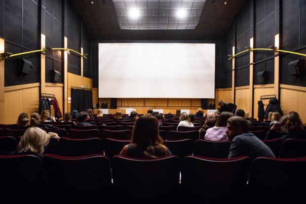 Pierwsza wizyta w kinie i obejrzany wówczas film to dla wielu przeżycie zapadające w pamięć na zawsze. Na zdjęciu: pierwszy seans filmowy w kinie Żak w Gdańsku w 2021 roku.