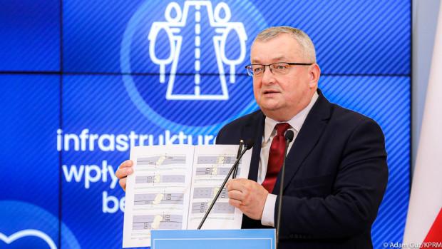 - Przygotowaliśmy szczegółowe wytyczne dotyczące sposobu doświetlenia przejść dla pieszych na drogach krajowych. W całym kraju jest ich 11 tys. - poinformował minister infrastruktury Andrzej Adamczyk.