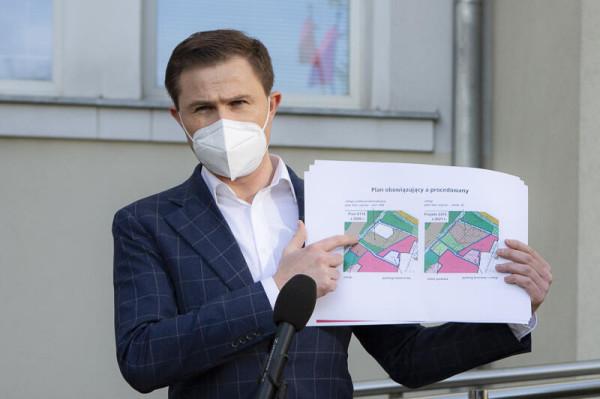 - Nie wycinamy lasu, a nowy plan chroni zieleń na tym terenie bardziej niż obowiązujący obecnie - przekonują władze Gdańska. Na zdjęciu wiceprezydent Grzelak.