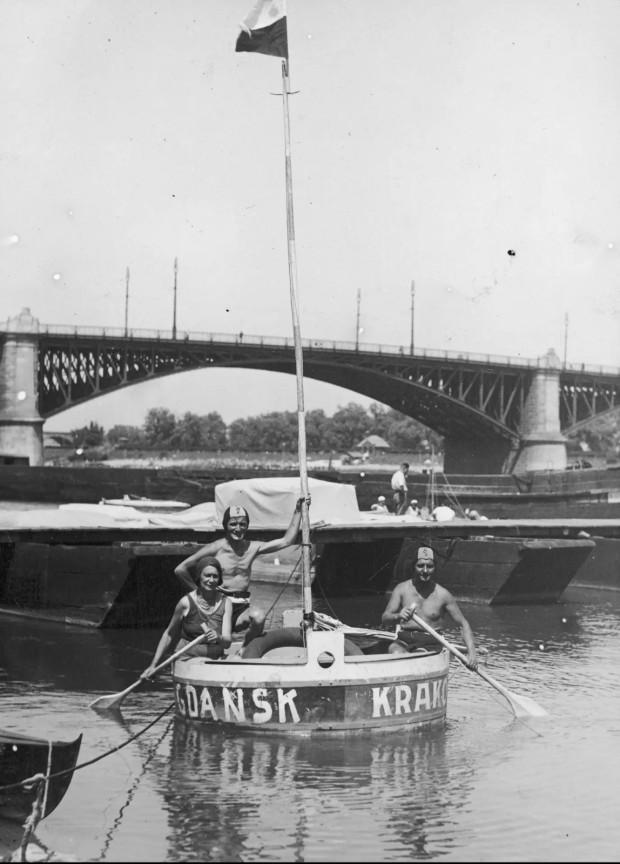 Aktorzy dopływający balią do warszawskiej przystani. Siedzą w bali od lewej: Maryla Szewczyńska, Kazimierz Beroński i Stanisław Gołębiowski. W głębi widoczny most Poniatowskiego.