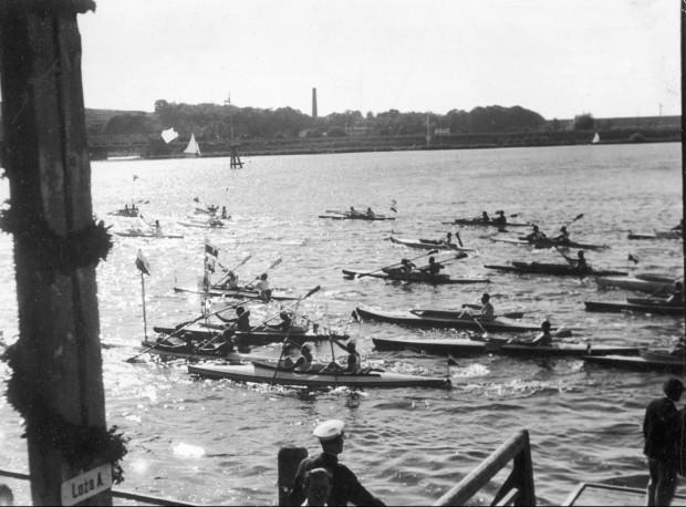"""Uczestnicy spływu """"Przez Polskę do Morza"""" w Bydgoszczy, rok 1933."""