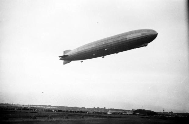 """Przelot niemieckiego sterowca """"Zeppelin"""". Święto Morza w Gdyni."""