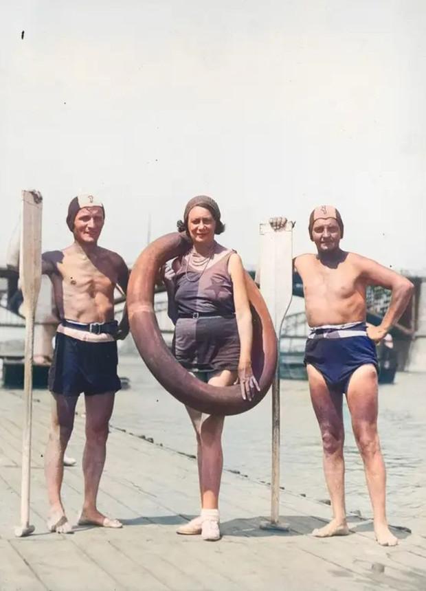 Aktorzy płynący z Krakowa do Gdańska na przystani w Warszawie. Stoją od lewej: Kazimierz Beroński, Maryla Szewczyńska i Stanisław Gołębiowski.