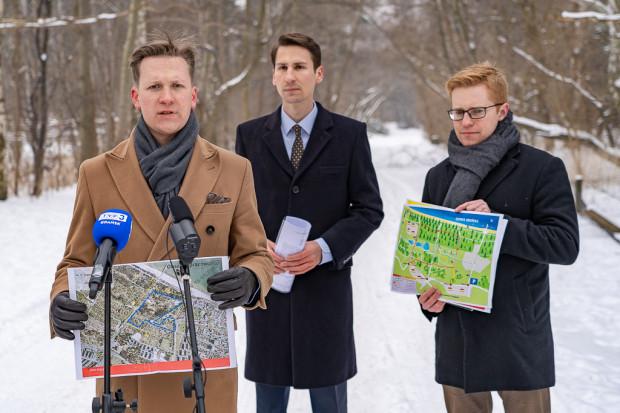 Konferencja zwołana przez polityków PiS w lutym br. Tuż za nimi znajduje się działka dewelopera przeznaczona pod zabudowę. Od lewej: Przemysław Majewski, Kacper Płażyński, Andrzej Skiba.