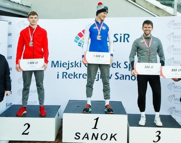 Marcin Bachanek (w środku) na najwyższym stopniu podium mistrzostw Polski w wieloboju.