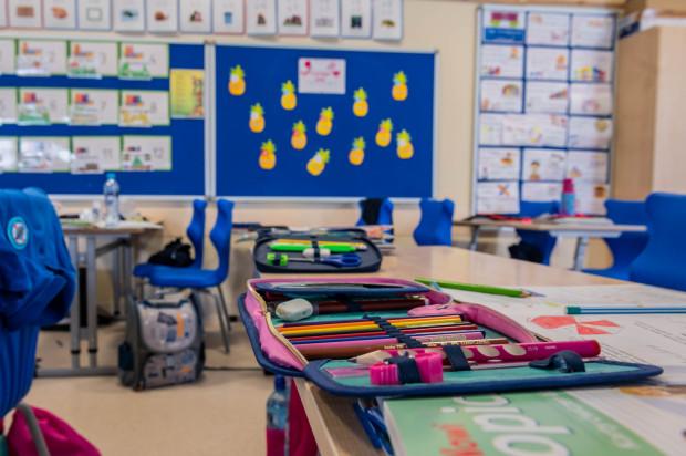 Wybór szkoły podstawowej, gdzie dziecko może spędzić osiem najbliższych lat swojej edukacji, jest ważny dla maluchów, a przede wszystkim ich rodziców.