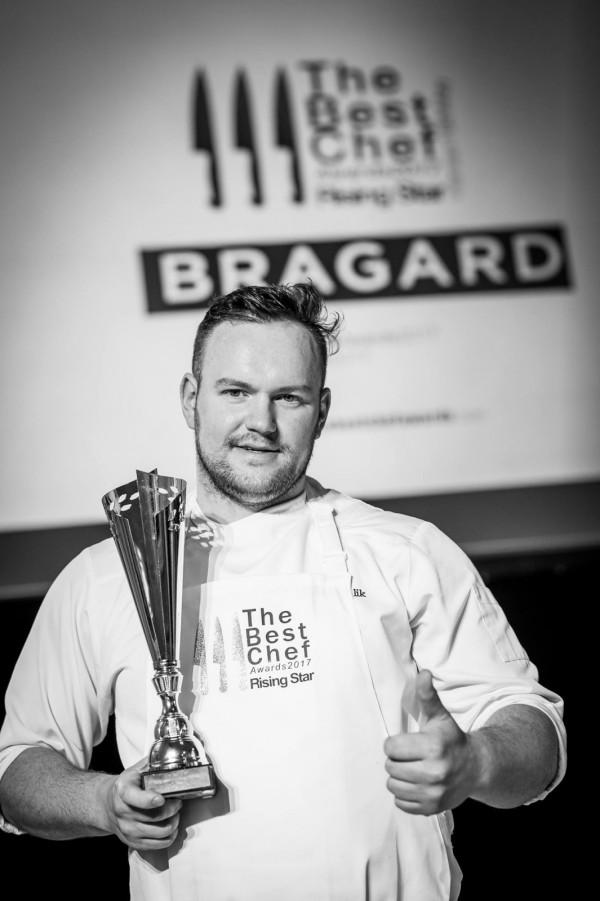 """Jednym z szefów kuchni, którzy mogą zjawić się w naszym domu i """"na żywo"""" przygotować kolację, jest Rafał Koziorzemski."""