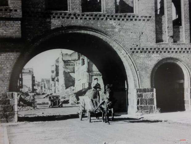 Widok na ul. Ogarną przez Krowią Bramę, która zamyka ulicę od strony Motławy. Zdjęcie zostało wykonane w pierwszych latach po zakończeniu II wojny światowej. Jak widać, większość zabudowy ul. Ogarnej leżała wówczas w gruzach.