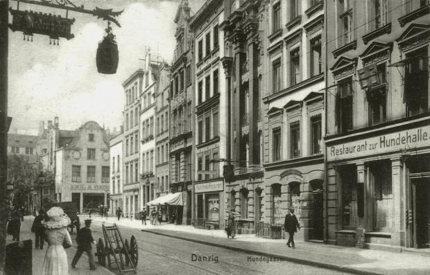 Ul. Ogarna na zdjęciu z początku XX wieku. Po lewej stronie widoczne skrzyżowanie z ul. Garbary. Warto zwrócić uwagę, że w brukowanej nawierzchni ulicy znajdowało się wówczas torowisko tramwajowe.