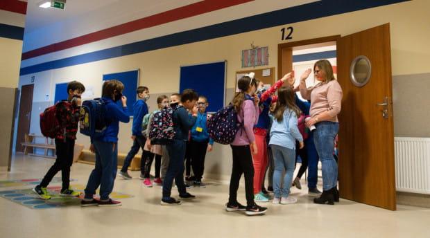 Uczniowie muszą nosić maseczki na przerwach, ale podczas lekcji już nie.