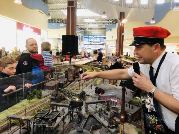 Parowozownia Ostrów Wielkopolski ukazuje widzom zaplecze kolei w epoce parowozów.