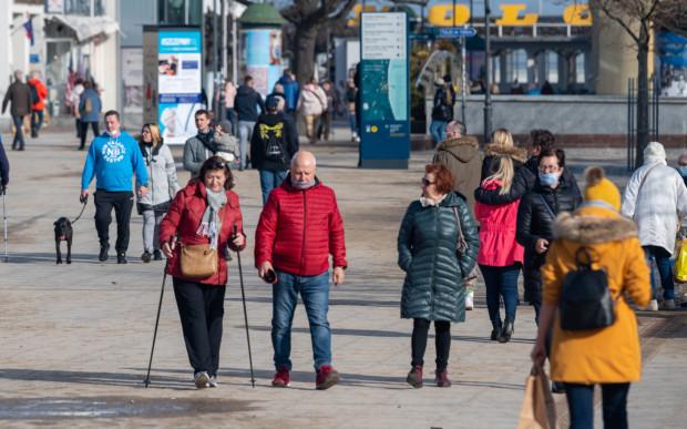 Sopot: już teraz widać, że mało kto zasłania usta i nos podczas spaceru. Do nakazu nie stosują się także starsze osoby - teoretycznie grupa najbardziej narażona na ciężki przebieg COVID-19.