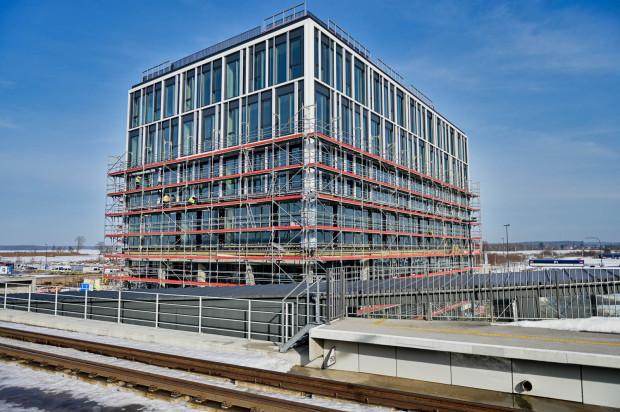 Sprzed budowanego biurowca Alpha znika już rusztowanie. Budynek ma być gotowy w połowie roku.