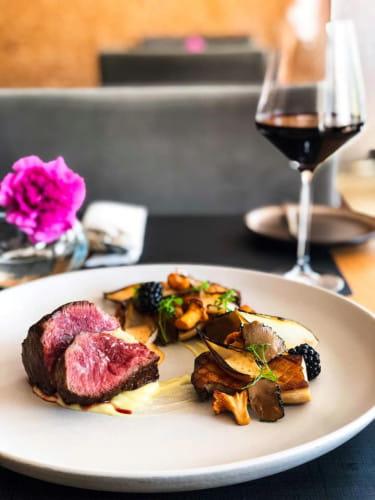 """Szefowie kuchni Sztuczki byli i są nagradzani w wielu prestiżowych wydarzeniach i rankingach. Zdolni kucharze, kelnerzy i sommelierzy przygotują, ugotują """"na żywo"""" i zaserwują najwyższej jakości posiłek w domu, firmie czy w plenerze."""