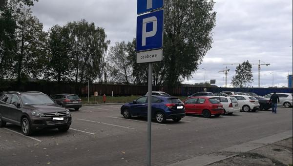 Mężczyzna popełnił samobójstwo na tym parkingu, przed gdyńską przychodnią.