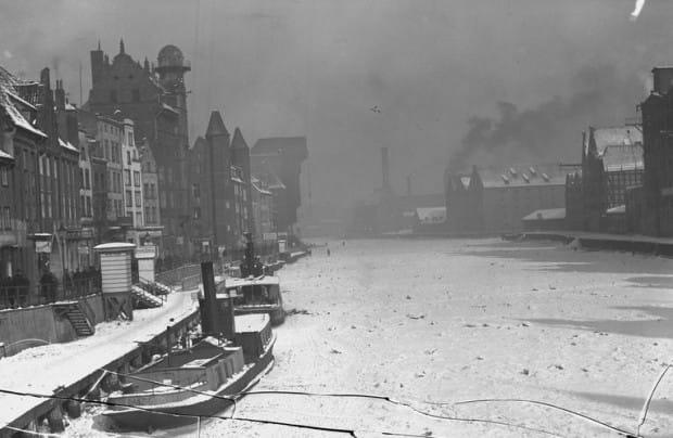 Skuta lodem Motława na zdjęciu z połowy lat 30.