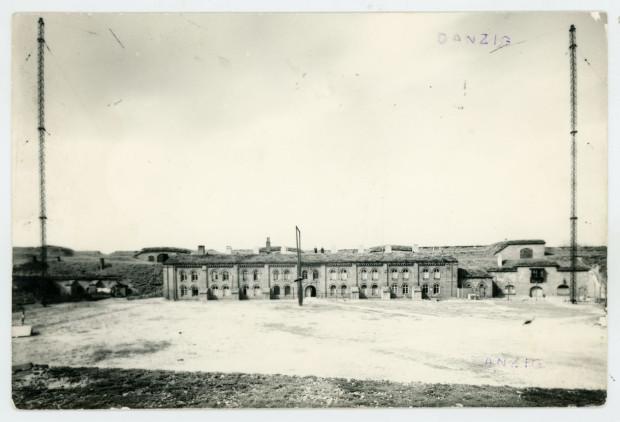 Fotografia Koszar Schronowych, w których ulokowano radiostację nadbrzeżną, lata 1922-1923.