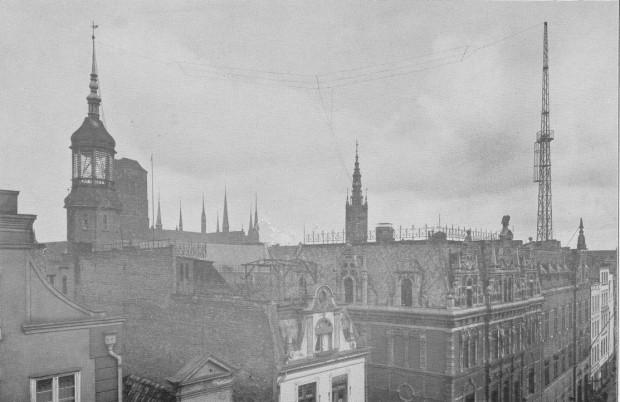 Antena rozwieszona na dachu Głównego Urzędu Pocztowo-Telegraficznego międzywojennego Gdańska, zlokalizowanego między ul. Długą a ul. Ogarną. Widoczny po prawej maszt został wzniesiony już w 1911 r. Fotografia pochodzi z 1926 r.