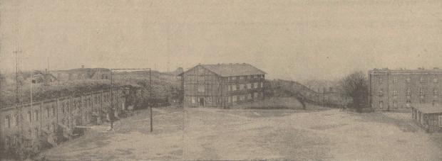 Majdan fortu Góry Gradowej, 1938 r. Po lewej widoczne Koszary Schronowe i maszty radiostacji nadbrzeżnej.