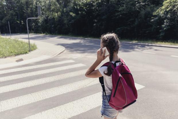 """Ustawa zakazuje korzystania z telefonu """"w sposób, który prowadzi do ograniczenia możliwości obserwacji sytuacji na jezdni, torowisku lub przejściu dla pieszych""""."""
