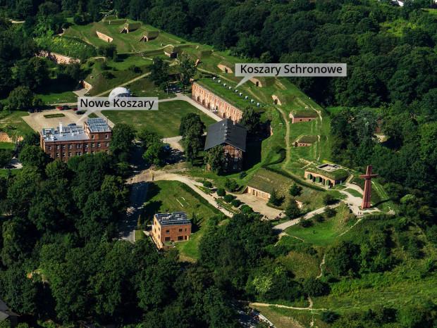 Zdjęcie lotnicze dawnego fortu na Górze Gradowej, obecnie siedziba Hevelianum. Po lewej oznaczono Nowe Koszary, po prawej Koszary Schronowe.
