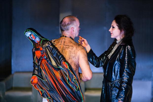 """""""Lilla Weneda"""" Teatru Wybrzeże to konflikt dwóch niemających punktów stycznych światów wartości. Porozumienie jest niemożliwe. Nie mamy o czym ze sobą rozmawiać i potrafimy ze sobą rozmawiać, sugeruje reżyser."""