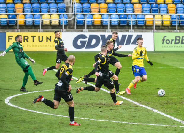 12. minuta meczu Arka Gdynia - GKS 1962 Jastrzębie. Maciej Rosołek za chwilę strzeli gola na pustą bramkę błąd, gdyż Mariusz Pawełek minął się z piłką przed własnym polem karnym.