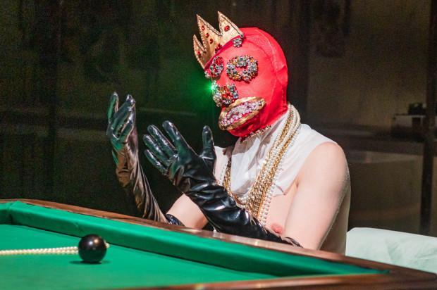Bardzo efektowne kostiumy Mirka Kaczmarka zawierają liczne elementy perwersji - najlepszym przykładem jest maska Ślaza podczas pobytu u Lechitów (Michał Jaros).