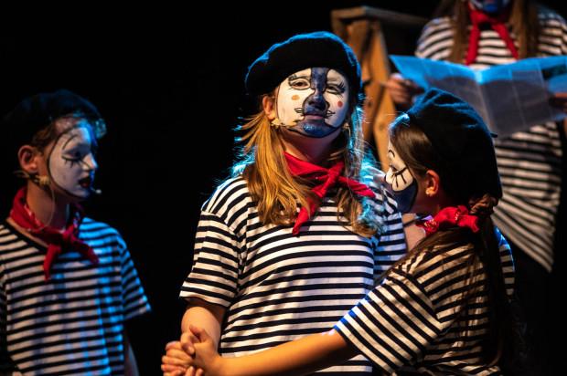 Każde dziecko grające w spektaklu ubrane było w charakterystyczny francuski kostium z oryginalnym makijażem inspirowanym makijażem mima.