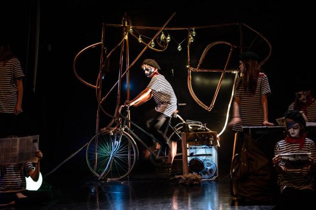 Najbardziej efektownym elementem scenografii jest rower napędzający zadziwiającą karuzelę Petit Pierre'a.