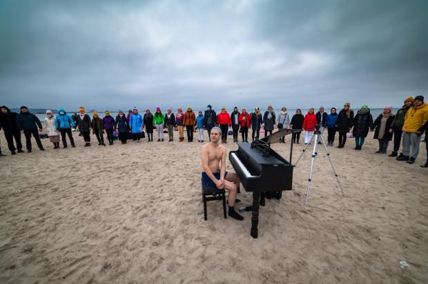 W trakcie wydarzenia Piano Ice Man Tomasza Szwelnik zagrał półgodzinny koncert, a licznie zgromadzona grupa morsów Morze Aniołów wskoczyła do wody.